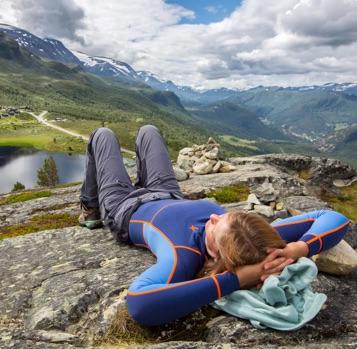 Jente som kviler like ved Raubergstulen i Bøverdalen